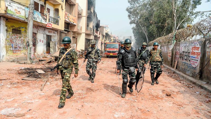 دورية لرجال الأمن في منطقة مدمرة عقب الصدامات.  أ.ف.ب