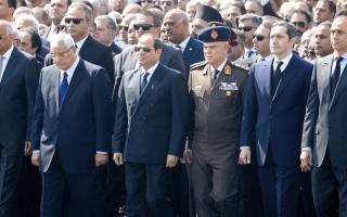 الصورة: جنازة عسكرية لمبارك.. والسيسي يتقدم المشيّعين