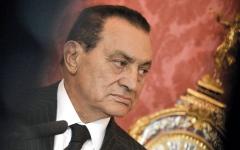 الصورة: معارضون لمبارك يكتبون «بوستات» عزاء في رحيله