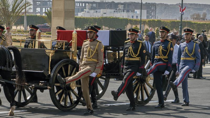 جثمان مبارك مسجى في جنازة عسكرية.  أ.ب