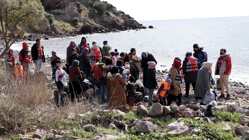 قرار تركيا فتح حدودها أمام اللاجئين في التوجه لأوروبا جاء غداة مقتل 33 من جنودها في سورية.  أ.ب