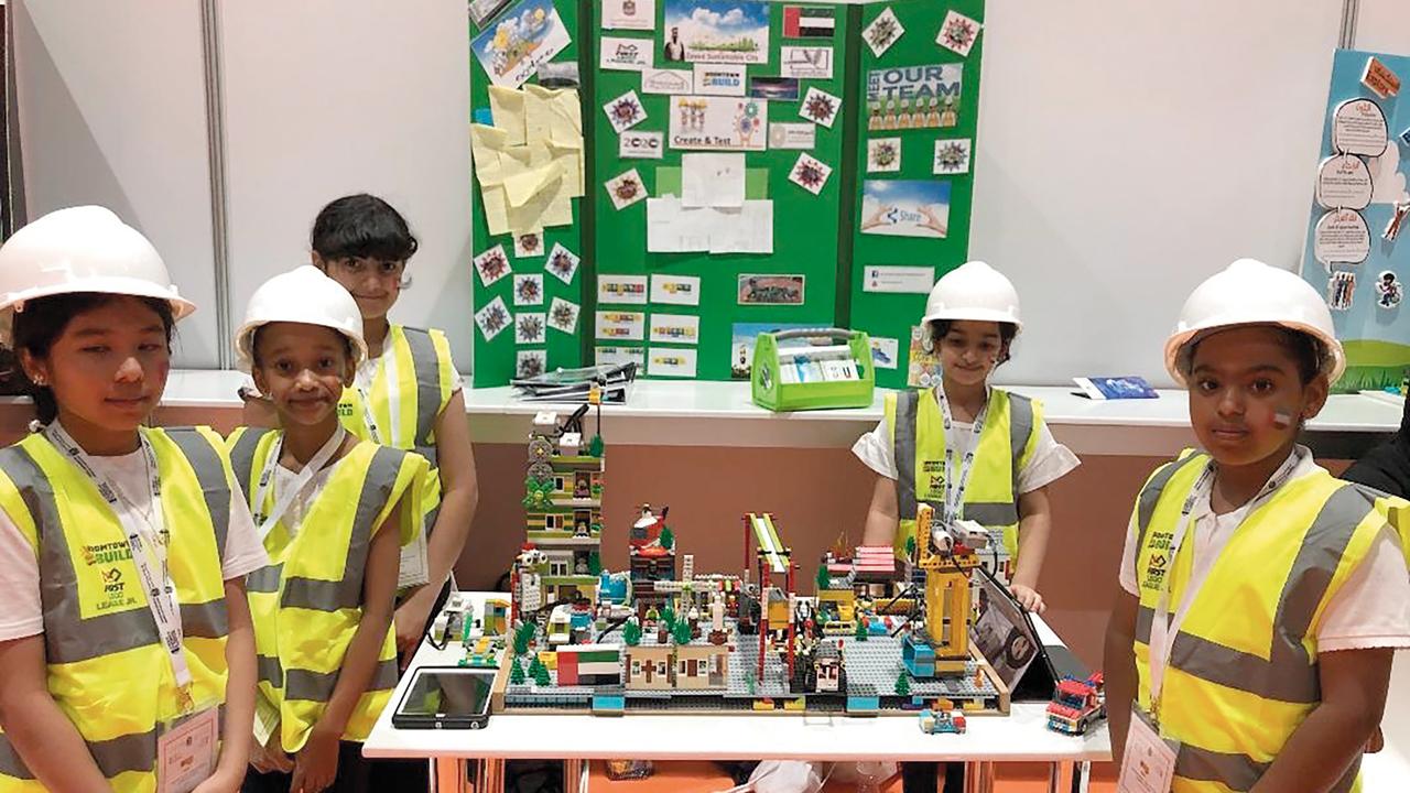 (من اليمين) عائشة وحصة وسلامة وفاطمة ومروة خلال استعراضهن «المشروع». من المصدر