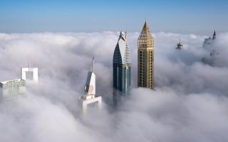 الصورة: بالصور.. معالم دبي تعانق الضباب