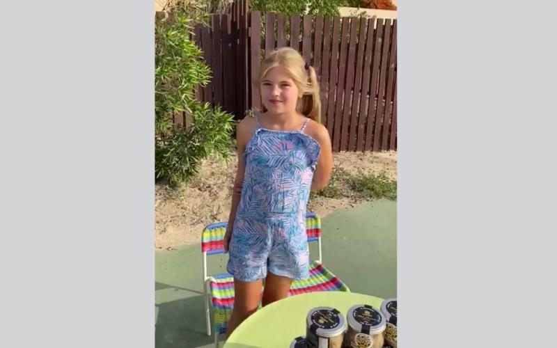 """الصورة: بالفيديو: في مبادرة لتشجيع عمل الخير.. طفلان بريطانيان يبيعان """"البسكويت"""" لجمع التبرعات في دبي"""