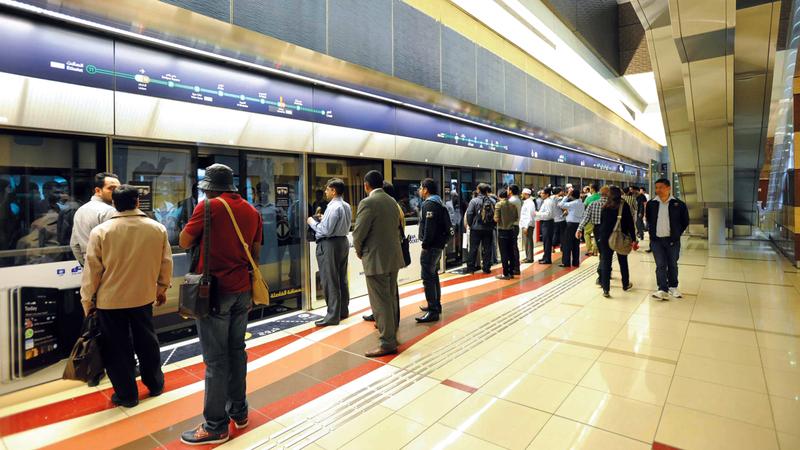 مستخدمو المترو يصطفّون في طابور وقت الذروة لتسهيل طريق نزول الركاب وصعودهم. ■ من المصدر
