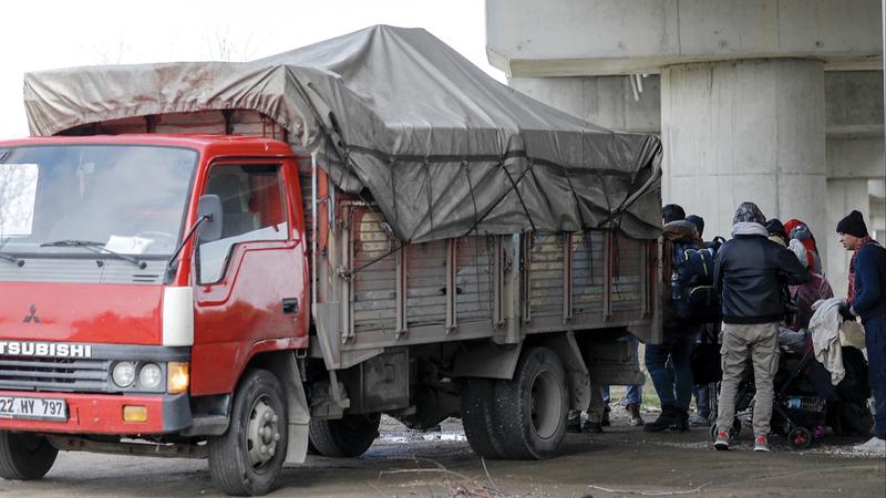 مهاجرون ولاجئون يستقلون سيارة للوصول إلى الحدود التركية اليونانية في محاولة لدخول أوروبا. إي.بي.إيه