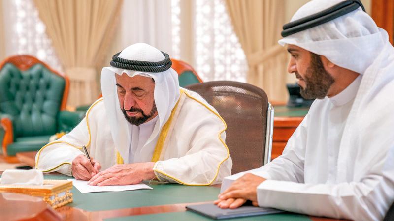 سلطان القاسمي خلال توقيعه الاتفاقية. وام