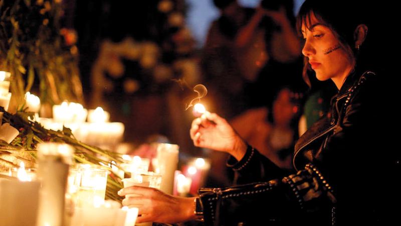 امرأة تضيء شمعة في المكسيك كنوع من الاحتجاج بسبب العنف ضد بني جنسها. من المصدر