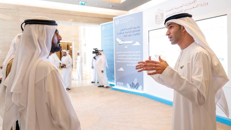 محمد بن راشد يستمع لشرح من ثاني الزيودي حول المشروع. وام