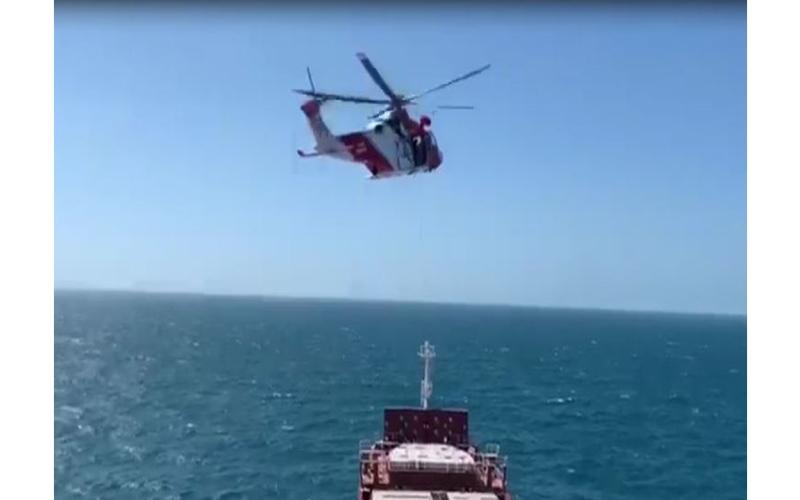 الصورة: بالفيديو: إنقاذ مريض مواطن تدهورت حالته الصحية على متن سفينة
