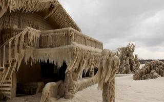 الصورة: بالصور.. عاصفة ثلجية تحول منازل السكان إلى أكواخ متجمدة في أميركا