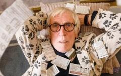 الصورة: بريطاني يرسل شكاوى لصحيفة محلية يومياً منذ 42 عاماً