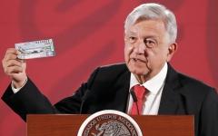 الصورة: الرئيس المكسيكي يشتري أول تذكرة في يانصيب الطائرة الرئاسية