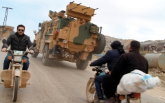 الصورة: اشتباكات دامية في إدلب بعد ساعات من بدء وقف إطلاق النار
