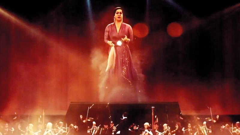 هالة ضوئية على المسرح تحولت إلى صورة مجسّمة لأم كلثوم. أرشيفية