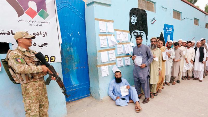 طابور من الناخبين الأفغان بانتظار الإدلاء بأصواتهم. أرشيفية