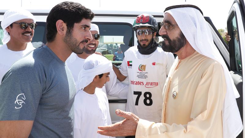محمد بن راشد خلال متابعته كأس ولي عهد دبي للقدرة بحضور حمدان بن محمد. الإمارات اليوم