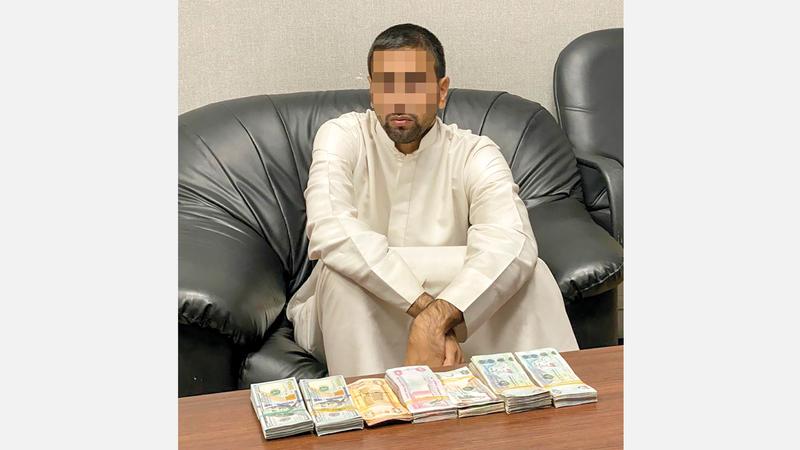 المتهم بعد القبض عليه. من المصدر