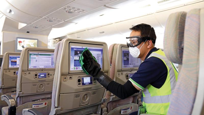 تنظيف وتعقيم طائرة الـ«بوينغ» لإعدادها للرحلة يحتاج إلى فريق من 18 فرداً يعملون ساعة كاملة. ■ من المصدر
