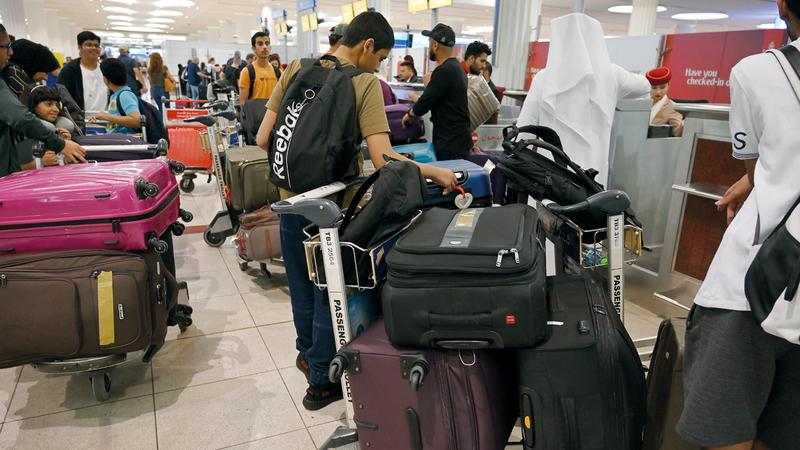مسافرون أكدوا أن قرار إلغاء السفر بسبب ظروف عالميـــة.   تصوير: يوسف الهرمودي