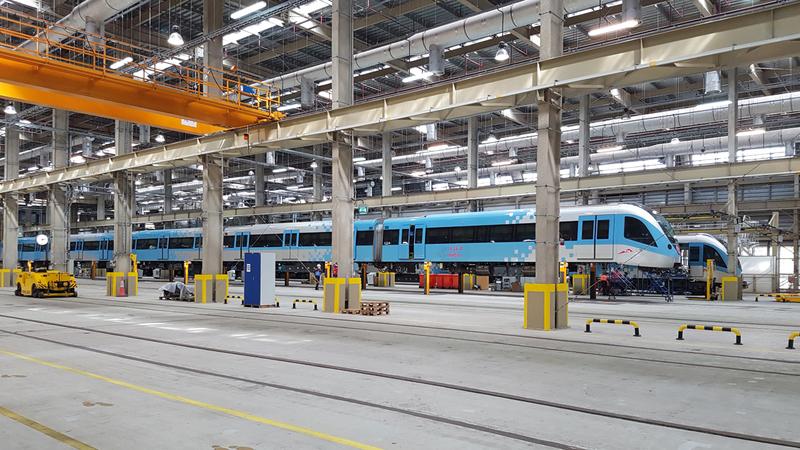 الفريق الفني المختص على وشك إنجاز أعمال الصيانة الرئيسة للقطار الثاني. الإمارات اليوم