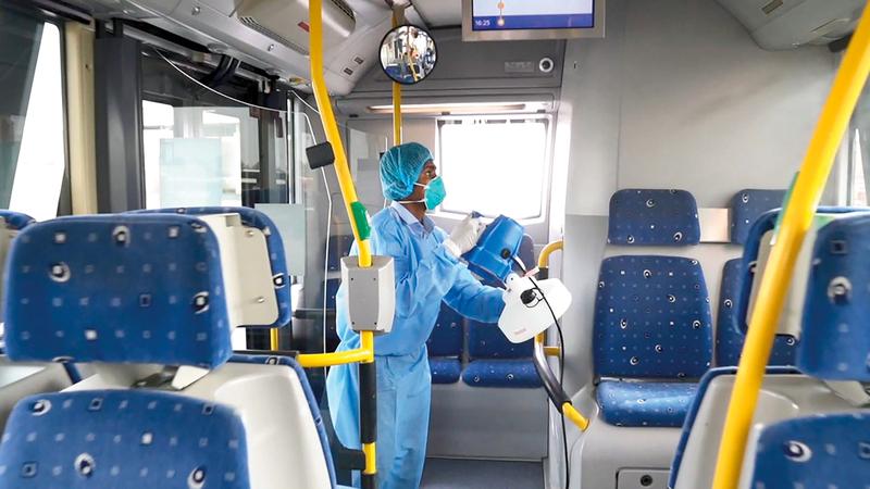 بمجرد عودة الحافلة إلى محطات الإيواء تخضع بشكل يومي لتنظيف شامل.    الإمارات اليوم