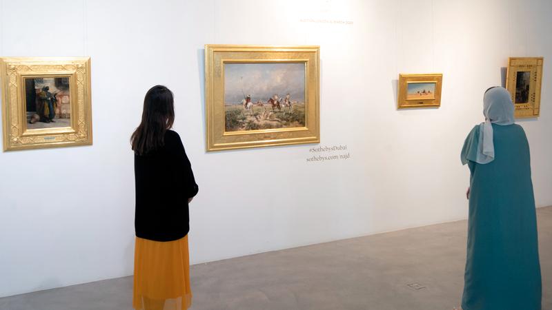 اللوحات يستمر عرضها في دبي حتى بعد غدٍ.   تصوير: أحمد عرديتي