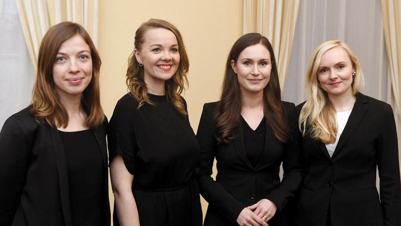 رئيسة وزراء فنلندا (الثانية من اليمين) مع أعضاء حكومتها.   رويترز