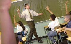 الصورة: أستاذ يلقّن طلابه المشاغبين درساً