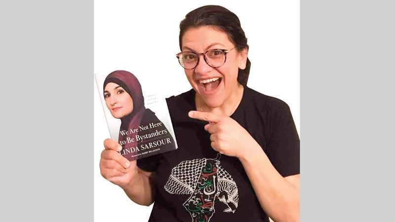 صرصور في حملة للترويج لكتابها.  من المصدر
