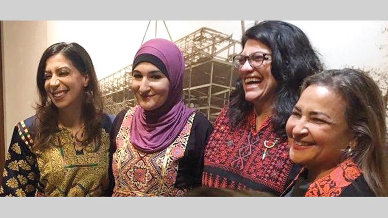 طليب (الثانية من اليمين) ترتدي الثوب الفلسطيني في لقطة مشتركة مع ليندا.  من المصدر