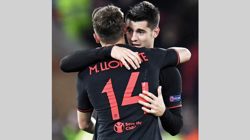 موراتا ولورينتي يحتفلان بعد الفوز الجنوني على أرض ليفربول.  رويترز
