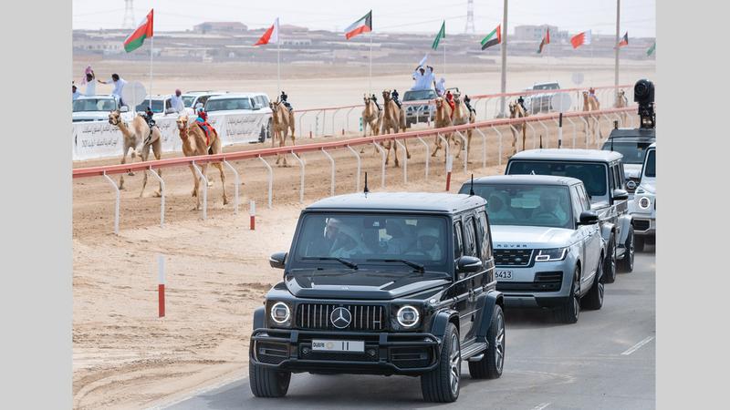 حمدان بن محمد تابع سباقات اليوم الرابع للمهرجان الختامي السنوي للهجن.  الإمارات اليوم
