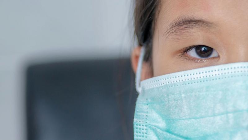 «الصحة» تشدد على الذين يعانون أعراضاً تنفسية تجنب الاختلاط بالأماكن المزدحمة. ■ أرشيفية