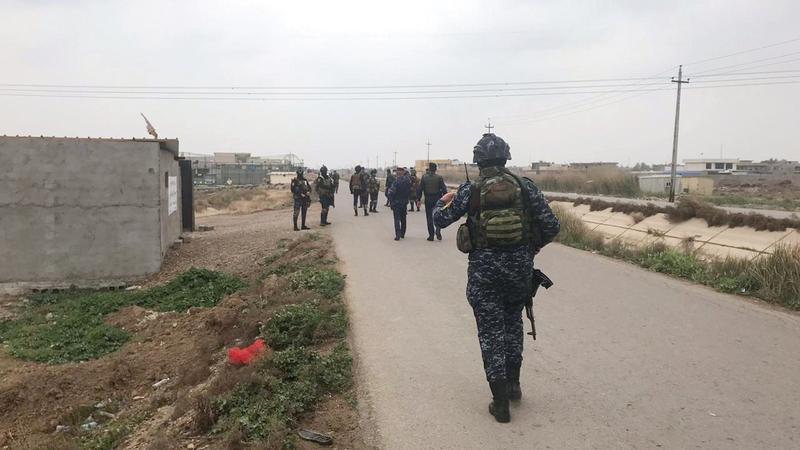 قوات الأمن العراقية بالقرب من مبنى عثروا فيه على الصواريخ. رويترز