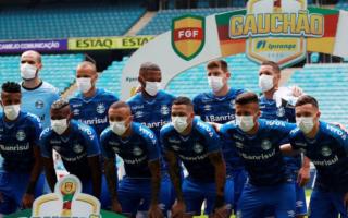 """الصورة: بالصور.. فريق يحتج بالكمامات لإيقاف الدوري خوفاً من """"كورونا"""""""