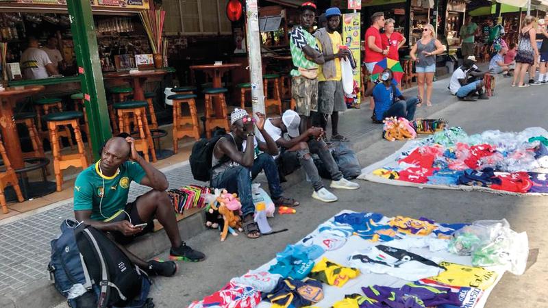 اللاجئون السنغاليون يكسبون رزقهم من البيع في الشوارع.  من المصدر
