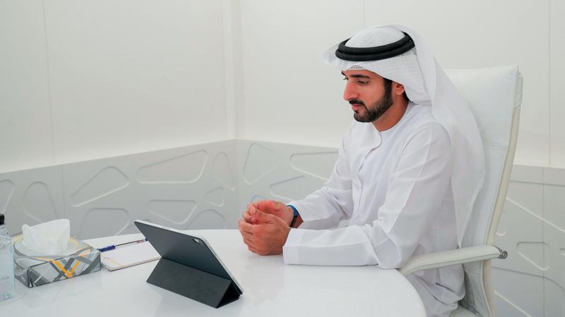 حمدان بن محمد عبّر عن شكره للجهات الحكومية والخاصة على عملها المتواصل ليلاً ونهاراً. وام