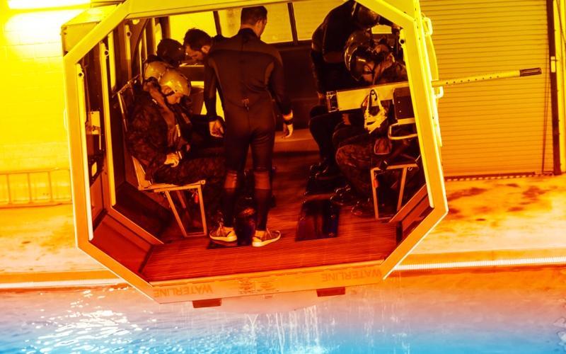 الصورة: بالفيديو: وسيلة تدريبية مليئة بالتشويق لتهيئة الجنود لاحتمالات السقوط في الماء