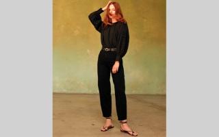 الصورة: «ليفايز».. تعيد صيحة جينزات الثمانينات البالونية