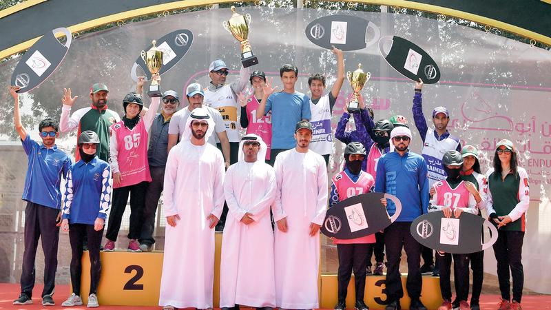 من تتويج الفائزات في سباق أمس. ■ تصوير: نجيب محمد