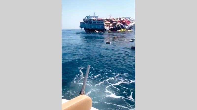 الحمولة الزائدة أدت إلى سقوط البحارة والبضائع في عرض البحر.  ■من المصدر