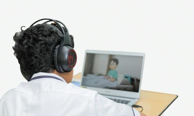 تسليم أجهزة كمبيوتر لطلبة المدارس الخاصة منخفضة الرسوم