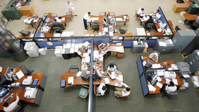 البنوك المشاركة في «المبادرة» يبلغ إجمالي الودائع لديها 693 مليار درهم. أرشيفية