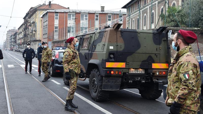 عناصر من الجيش الإيطالي ينتشرون في مدينة تورينو للسيطرة على انتشار الوباء. إي.بي.إيه