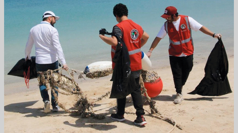 فريق فزعة ينتشل المخلّفات من الموانئ والشواطئ البحرية.  من المصدر