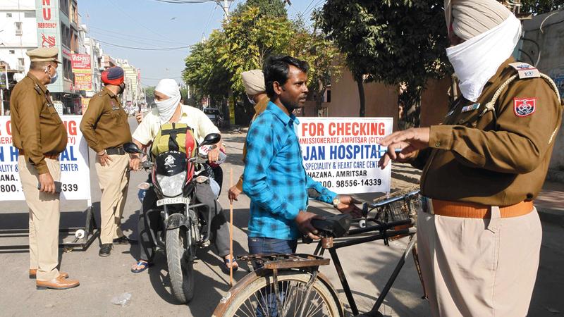 الشرطة الهندية تستوقف المارة في ولاية البنجاب.  أ.ف.ب
