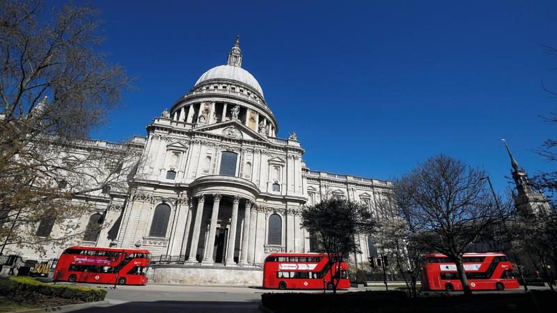 حافلات خالية في لندن أمام كاتدرائية سانت بول أمس.  رويترز