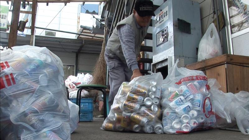 مكان فصل النفايات لإعادة تدوير أوعية المشروبات.  أرشيفية
