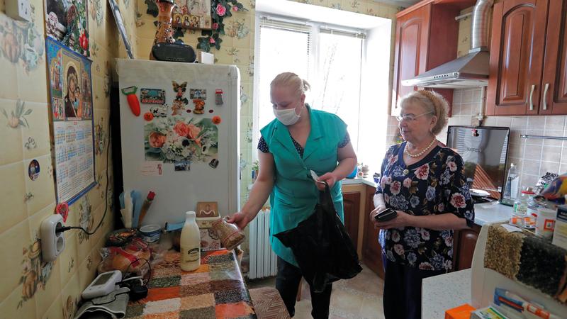 عادة ما يكون الأقارب هم مَن يشعرون بالقلق تجاه المسنين. رويترز
